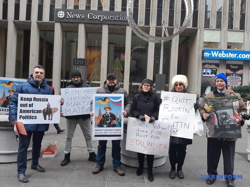 У Нью-Йорку діаспора пікетувала Fox News за пропутінські висловлювання // Фото: Володимир Ільченко, Укрінформ