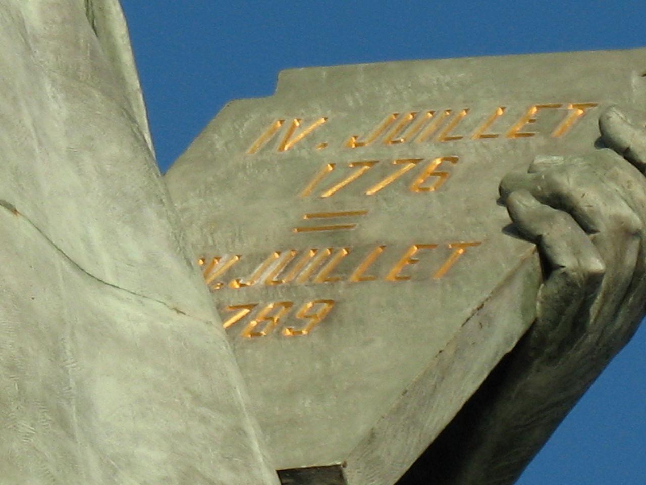 Напис « IV Juillet 1776 = XIV Juillet 1789 » на таблиці Статуї Свободи в Парижі