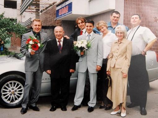 Володимир Зеленський з батьками і друзями в день весілля, 2003 рік