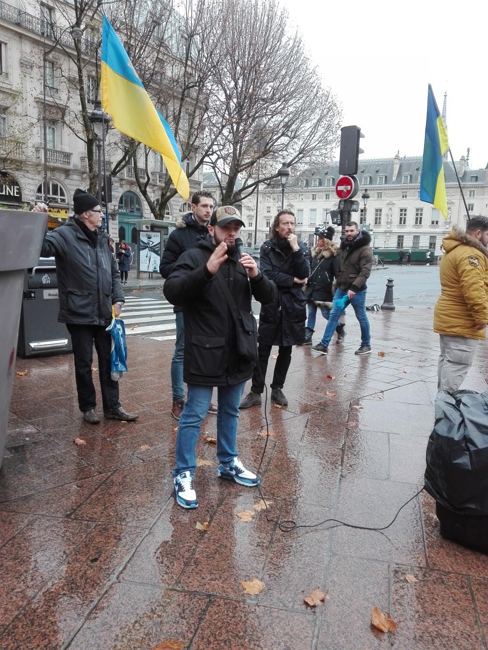 Дмитро від Руху Ветеранів  Акція на підтримку України напередодні саміту «Нормандії» Париж 8 грудня 2019