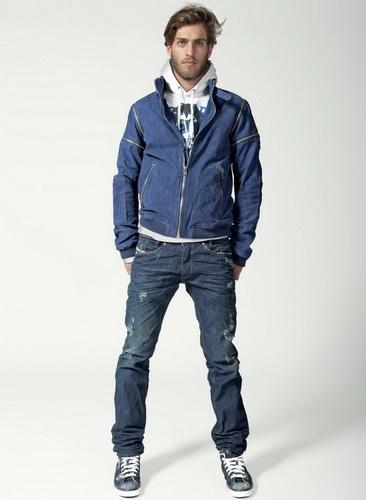 У моді джинси з вилогами і нашивками. Поряд з класичними блакитними джинсами 0260ed08c173c