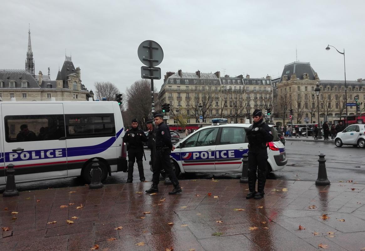 Французька поліція доглядає нашу Акцію на підтримку України напередодні саміту «Нормандії» Париж 8 грудня 2019