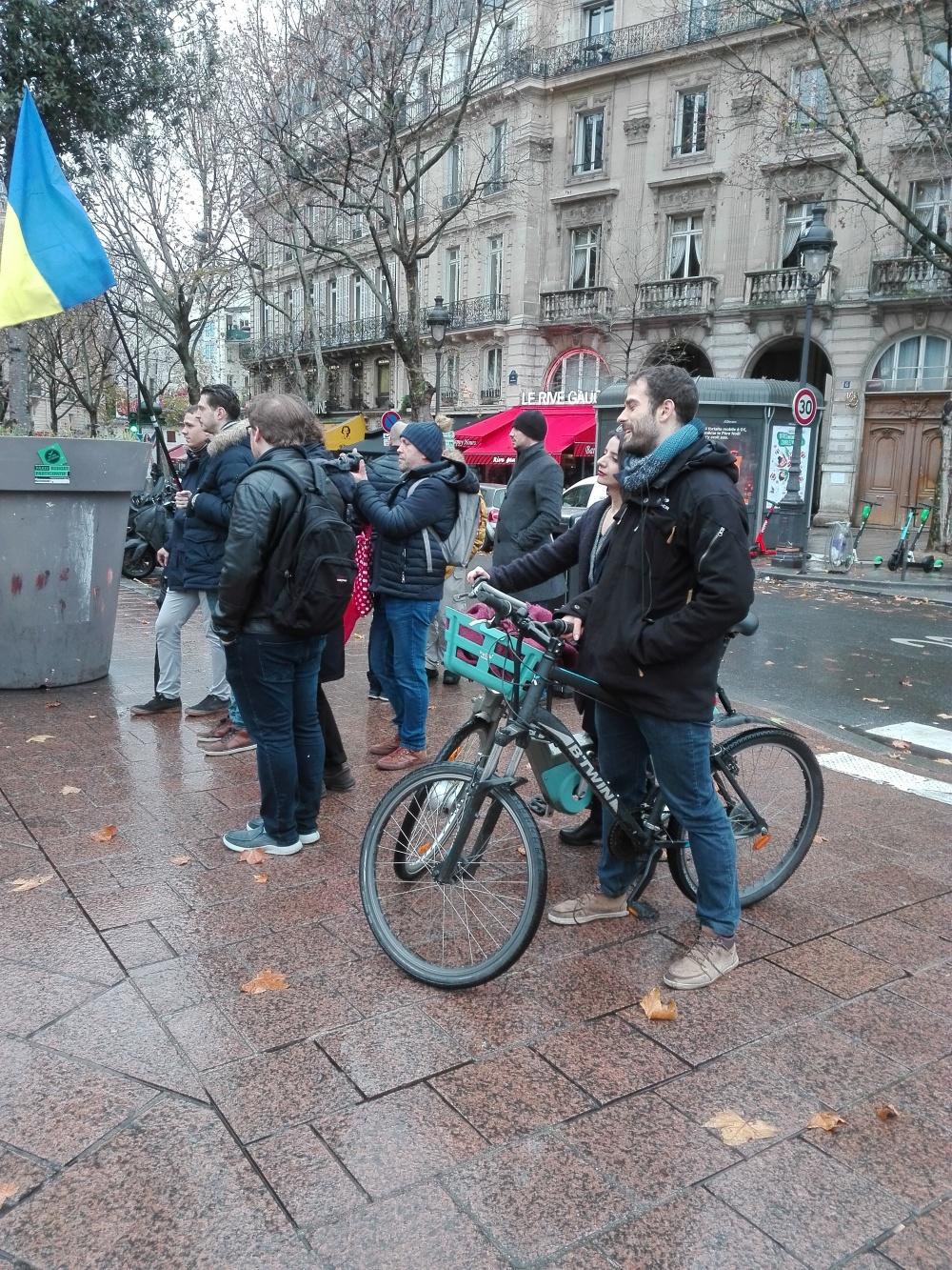 Французькі перехожі знайомляться з Україною та російським агресором  Акція на підтримку України напередодні саміту «Нормандії» Париж 8 грудня 2019