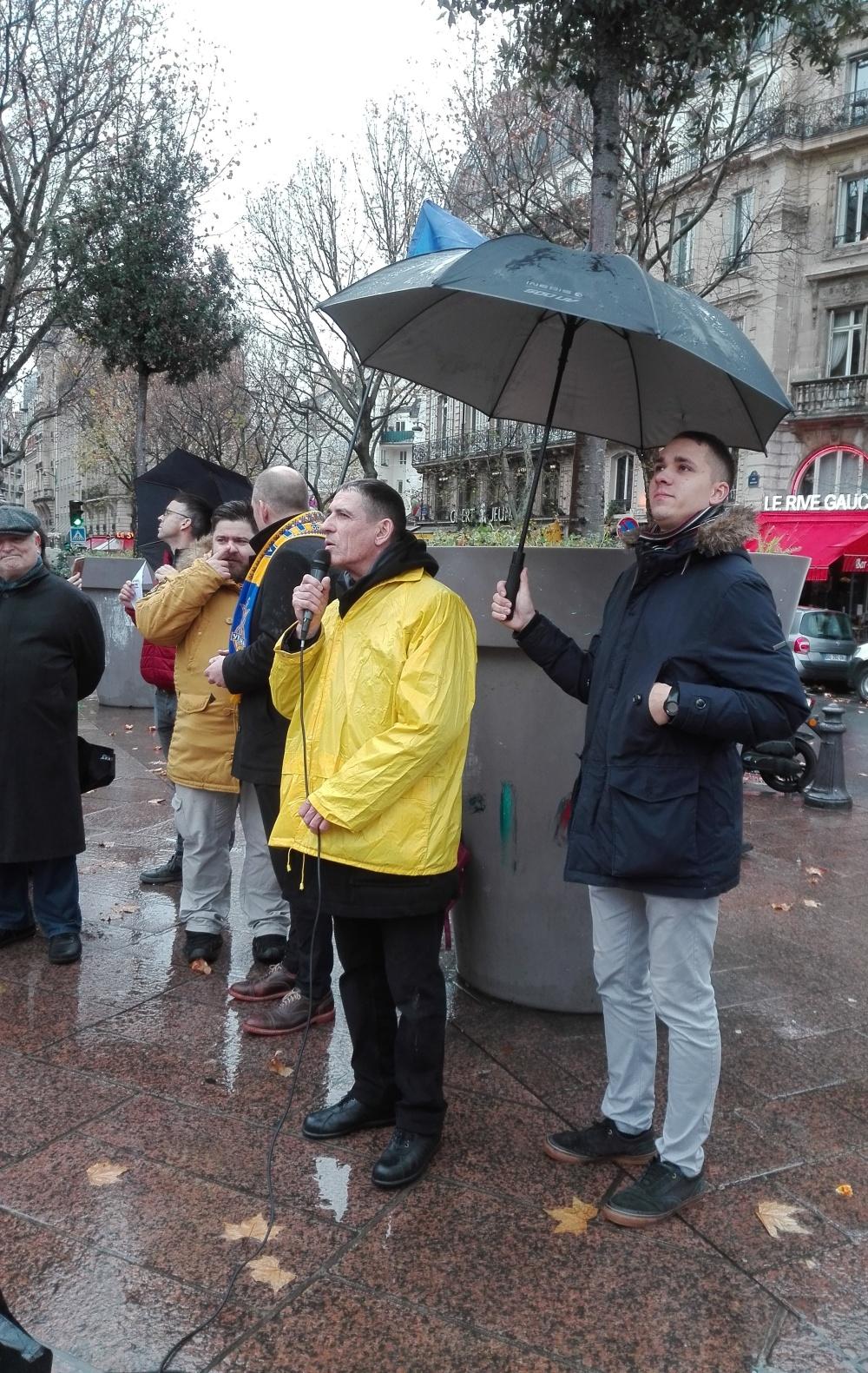ІванПастернак (голова Спілки української молоді Франції AJUF) Акція на підтримку України напередодні саміту «Нормандії» Париж 8 грудня 2019