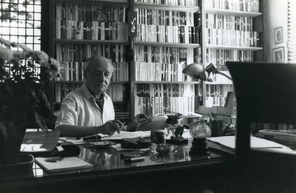 Єжи Ґєдройць у своєму робочому кабінеті, 1987 рік