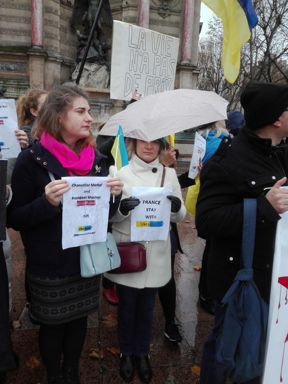«Життя не має ціни» «Канцлерко Ангело і Преиденте Макроне, тисніть на Путіна, а не на Україну!», «Франціє, залишайся з Україною!» Формат Нормандії